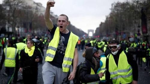 عاجل.. الشرطة الفرنسية تحاول منع المتظاهرين من الوصول للشانزليزيه