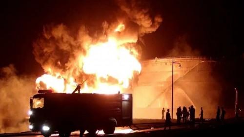 رغم جهود السيطرة عليه.. حريق مصافي عدن يشتد خلال الساعات الأخيرة