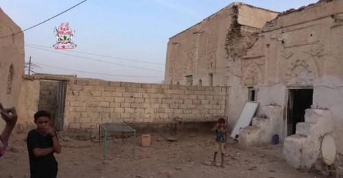 مليشيات الحوثي تواصل قصف منازل المواطنين في حيس
