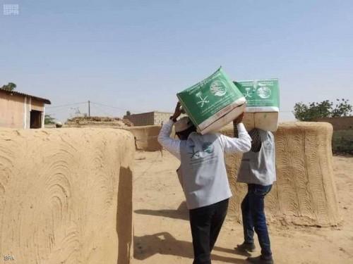 مركز الملك سلمان يوزع 400 سلة غذائية على النازحين في محافظة حجة