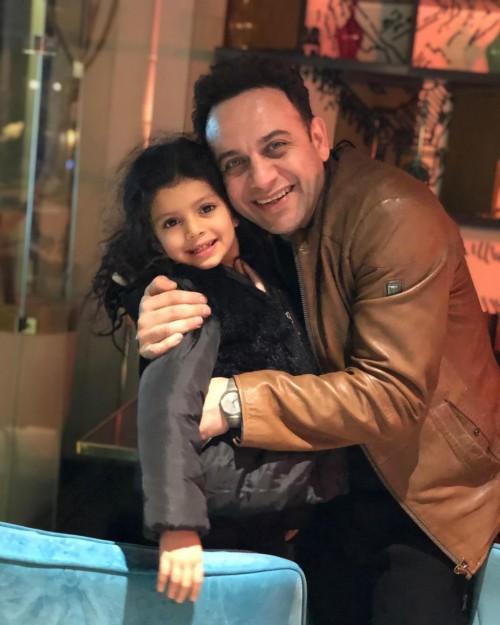 """""""أصغر بيبي"""".. الفنان مصطفي قمر ينشر صورته مع ابنة أخيه"""