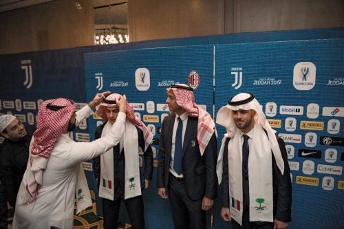 لاعبو ميلان ويوفنتوس يرتدون الشماغ السعودي.. صور