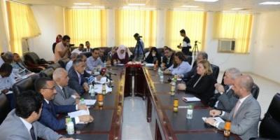 سفراء جهة دولية يزورون البنك المركزي في عدن