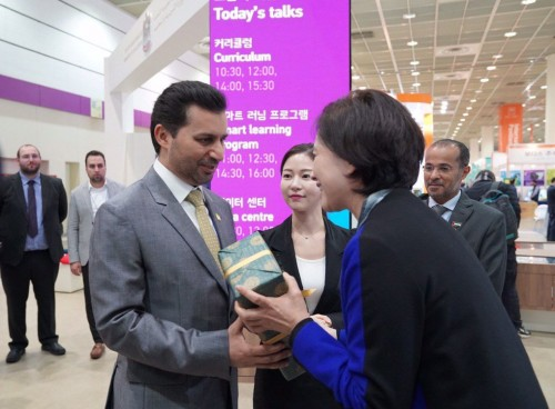 وزيرة التعليم الكورية تزور منصة الإمارات في معرض سيؤول