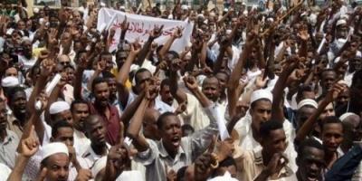 """احتجاجات السودان تتواصل حتى الصباح وتطلق """" موكب التنحي """" (تفاصيل)"""