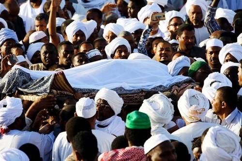 الشرطة السودانية تطلق النار على جنازة أحد المتظاهرين