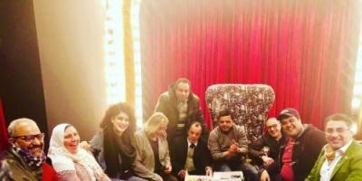 فريق عمل مسرحية 3 أيام في الساحل يحتفلون بعيد ميلاد زوجة الفنان بيومي فؤاد