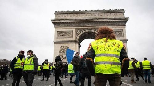 عاجل.. اندلاع مواجهات بين الشرطة ومتظاهري السترات الصفراء بباريس