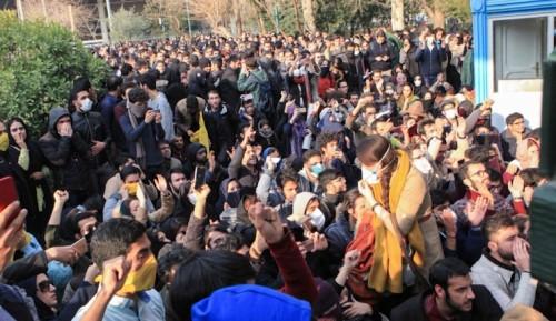 تظاهرات طلابية أمام البرلمان الإيراني احتجاجاً على سوء التعليم