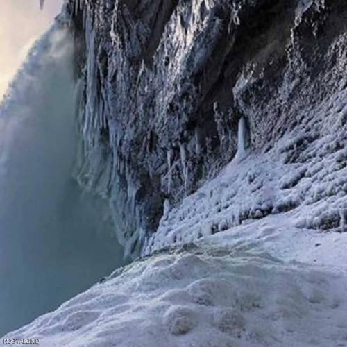 العاصفة الشتوية تتسبب في تجمد شلالات نياغارا بكندا
