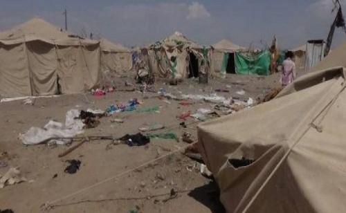مليشيا الحوثي تقصف مخيماً للنازحين بحجة وتقتل وتصيب 37 مدنياً