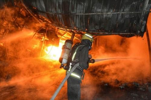 """إخماد حريق هائل في صهاريج بترولية بجدة """" صور """""""