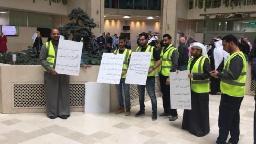 بالسترات الصفراء.. اعتصام موظفي الكهرباء بالكويت للمطالبة بمستحقاتهم (صور)