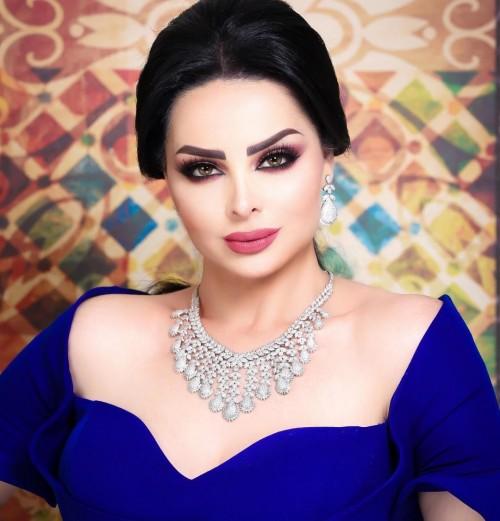 بالصور.. الأردنية ديانا كرزون تتألق بالأزرق في آخر جلسة تصوير لها