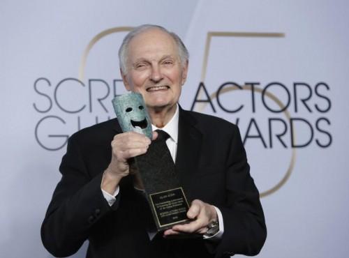 المخضرم آلان ألدا يحصد جائزة نقابة ممثلي الشاشة