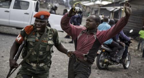 استجابة للوالي.. 600 مسلحاً بالكنغو يسلمون أسلحتهم
