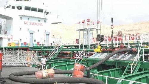 """بالصور.. الباخرة """"عدن برنسس"""" تبدأ عملية تفريغ 6525 طن ديزل بميناء المكلا"""