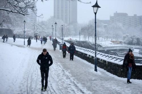 تساقط الثلوج بكثافة  يتسبب في إغلاق السكك الحديدية ببريطانيا