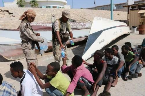 بينهم سيدات.. ضبط عشرات المهاجرين الأفارقة بسواحل حضرموت (صور)