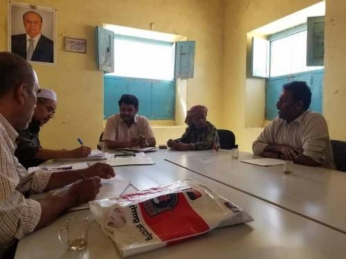 اجتماع موسع لإزالة عوائق تنفيذ مشروعات الكهرباء بمديرية غيل بن يمين (صور)