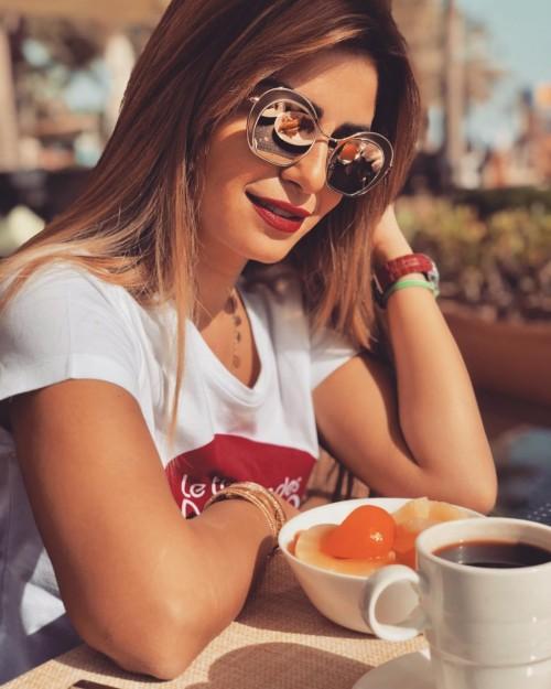 الفنانة منة فضالي تتألق في أحدث لوك شبابي لها بالكويت