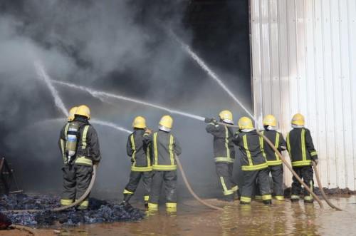 الدفاع المدني السعودي يخمد حريقا في مستودع للقطن