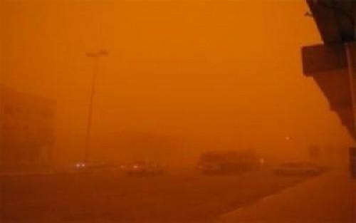 كتلة غبار تجتاح صحاري حضرموت