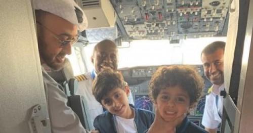 ولي عهد أبوظبي يلتقط صور تذكارية مع أحفادة على متن طائرة