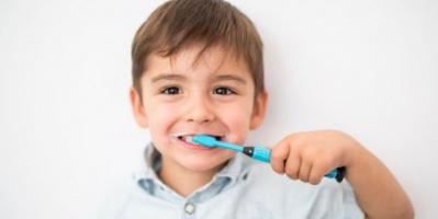 دراسة: الإسراف في استخدام المعجون يضر بأسنان الأطفال