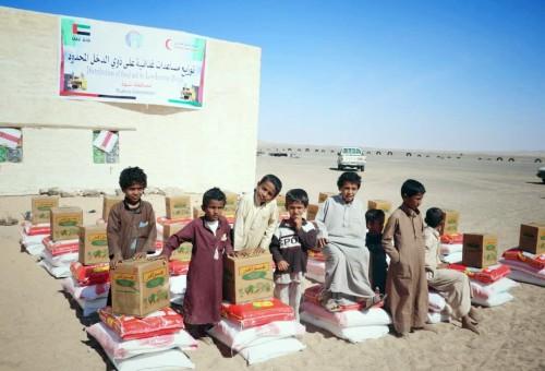 الهلال الأحمر الإماراتي يوزع 50 طناً من المساعدات الإنسانية على أهالي شبوة