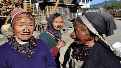 شاهد كيف تحمي نساء قبيلة هندية أنفسهن من الاختطاف؟ (صور)