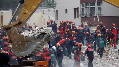 ارتفاع حصيلة ضحايا انهيار مبنى في اسطنبول إلى 14 قتيلا