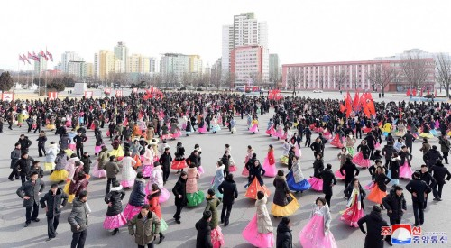 كوريا الشمالية تحتفل بالذكرى الـ71 لتأسيسها بعروض عسكرية وفنية (صور)