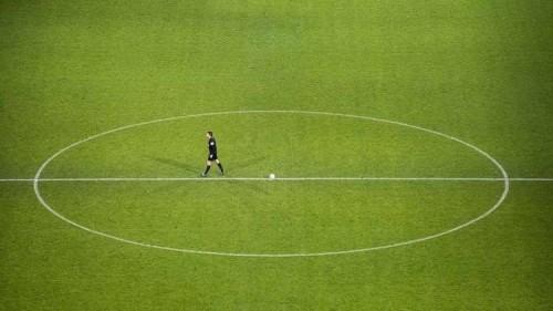 حكم يسجل هدف بدلاً من لاعب في مباراة كرة