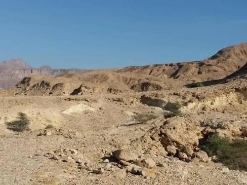 فريق المساحة الجيولوجية والثروات المعدنية يقييم معدن الجبس بجزول - حجر