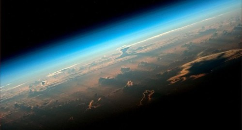 قمر صناعي يكتشف ظواهرعجيبة في الغلاف الجوي للأرض