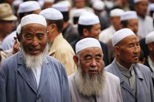 منعت الحجاب والصلاة.. الصين تجبر مسلمي الإيغور على تناول لحم الخنزير في رمضان