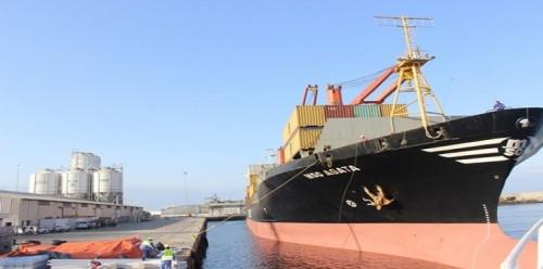 وصول 6400 طن ديزل من المنحة السعودية إلى ميناء المكلا