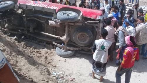 انقلاب سيارة في منطقة يافع بمحافظة أبين