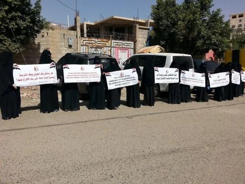 """"""" أمهات المختطفين """"  ينظمن وقفة احتجاجية أمام مكتب غريفيثس بصنعاء"""