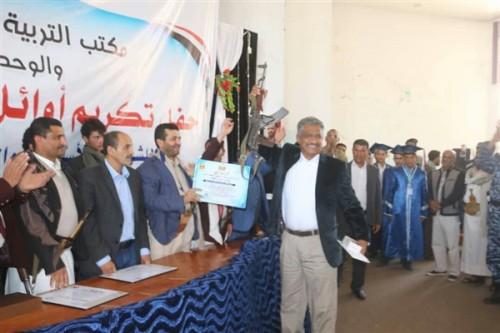 """تكريم حوثي لـ""""أول الثانوية"""".. الجائزة كلاشينكوف والفائز مقاتل في صفوف المليشيات"""