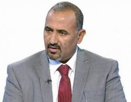 رئيس المجلس الانتقالي  يُعزي الدكتور معين عبدالملك في وفاة والده