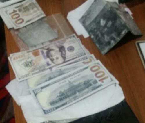 القبض على 4 أشخاص خلال محاولتهم تهريب دولارات مزيفة من تعز إلى عدن