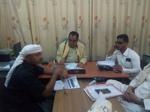 مدير شبام بحضرموت يناقش آلية تنفيذ مشروع الأمن الغذائي بالمديرية