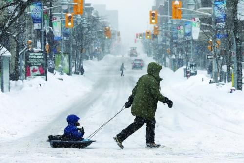 الثلوج تتسبب في إغلاق المدارس وإلغاء الرحلات الجوية بكندا
