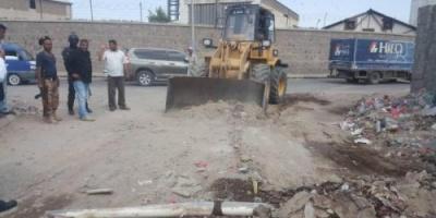 حملة نظافة بمديرية المعلا لإزالة مخلفات البناء ورفع الأتربة