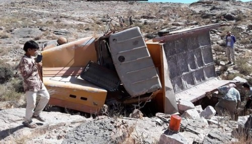 انقلاب سيارة محملة بالحجارة في الشعيب (صورة)