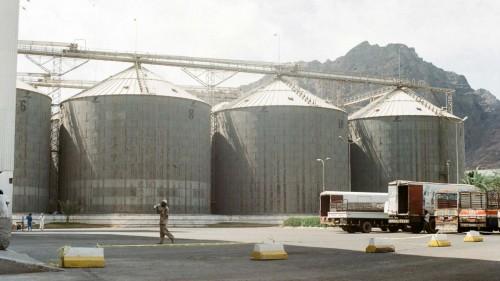 أنعم يشكك في جدية إيصال القمح المخزن لملايين اليمنيين