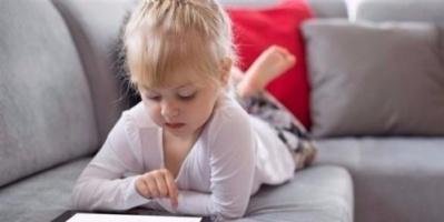احذر..الأجهزة الإلكترونية تؤخر نمو الطفل وتُضعف مهاراته