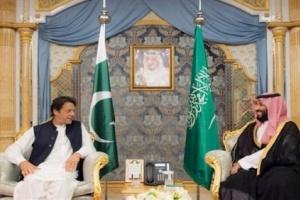 """""""خان"""" يفاجئ """"بن سلمان"""" بطلب للجالية الباكستانية في السعودية (فيديو)"""